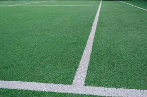vita gränslinjer för grönt fält foto