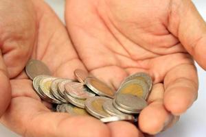 mynt i händerna foto