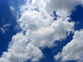 solljus genom vita moln foto