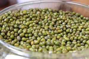 gröna ärtor i glasskål foto