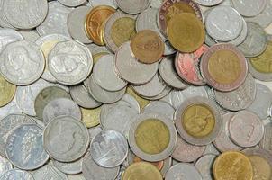 massor av thailändska mynt foto