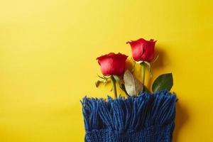 två röda rosor