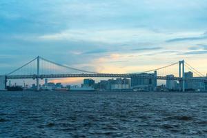 regnbågsbro i tokyo stad foto