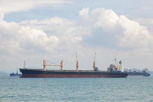 stort lastfartyg på havet