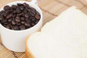 bröd och kopp med kaffebönor