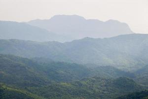 skogar och berg i Thailand foto