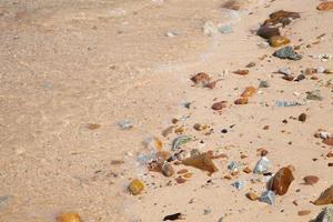 vågor som kraschar på stranden