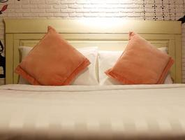 orange kuddar på sängen