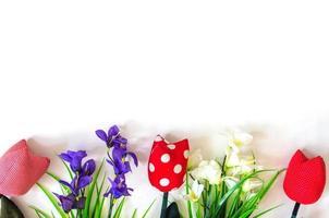 konstgjorda blommor på vit bakgrund foto