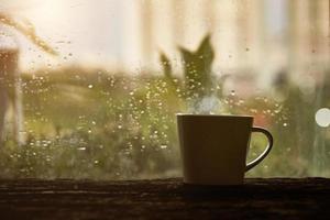 kaffe nära regnigt fönster foto