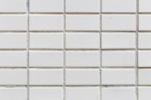vita plattor på väggen