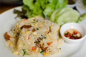 stekt ris med stekt fisk