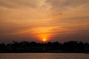 solnedgång över floden