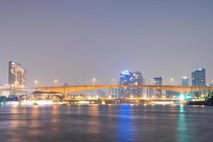 bro över floden i bangkok city foto