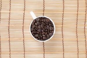 kopp kaffebönor på bordet foto