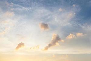moln och himmel vid solnedgången foto