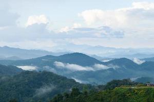 berg täckt med dimma i Thailand