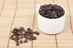kaffekopp och kaffebönor foto