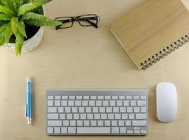 tangentbord, anteckningsbok och mus på skrivbordet foto