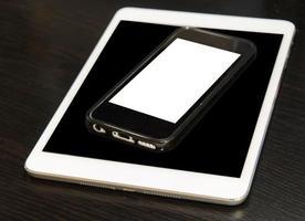 smart telefon och surfplatta med tomma skärmar foto