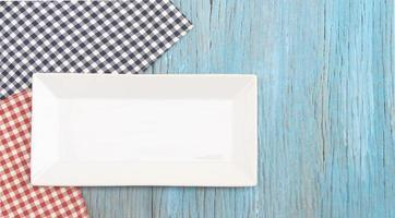 vit bricka på blått bord foto