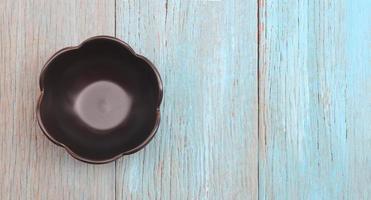 skål på träbord foto