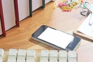 telefon på skrivbordsmock-up foto