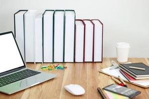 bärbar dator med böcker mock-up foto