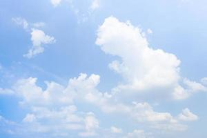 moln på himlen på våren foto
