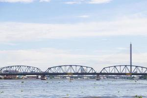 krung thon bridge i bangkok foto