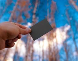 person som håller ett grått fotokort