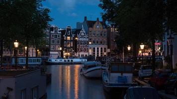 Amsterdam, Nederländerna, 2020 - Amsterdams kanal på natten foto