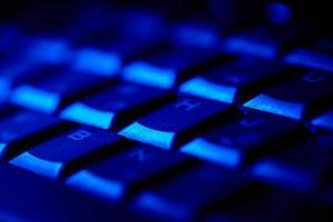 tangentbord i blått ljus