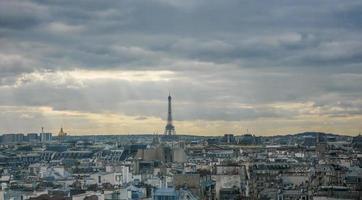 Eiffeltornet på en molnig dag