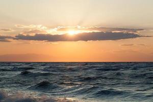 vågor och solnedgång