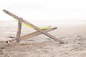 trä schäslong på en strand