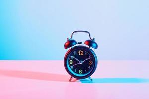 väckarklocka på pastell bakgrund foto