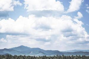 blå himmel över ett thai bergskedja foto