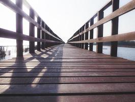 gångbro eller brygga i trä foto