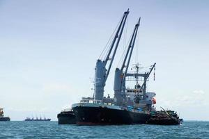 lastfartyg på havet