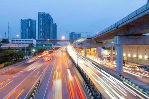 ljus av rörliga bilar i bangkok foto