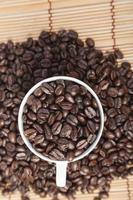 kaffebönor i en kaffekopp foto