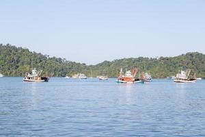 fiskebåtar på havet foto