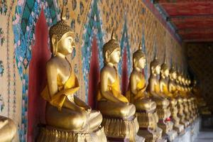 buddha statyer i ett tempel i bangkok foto