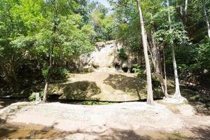 stenar i det torra erawan vattenfallet foto