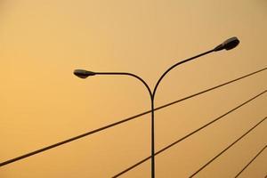ljusstolpe och rep på bron foto