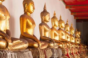 buddha statyer i ett tempel i Thailand foto