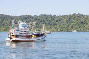 fiskebåt vid havet foto