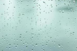vattendroppar på ett fönster för konsistens eller bakgrund foto