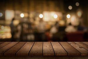 trä bordsskiva för visning med suddig restaurang bakgrund foto